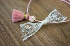 Μαρτυρικά 50τεμ MRL-004  Χειροποίητα μαρτυρικά βραχιολάκια με ροζ φουντίτσα, χάντρα με ροζ σταυρουδάκι και φιογκάκι από λευκή δαντέλα, σε έναν αρμονικό συνδυασμό με ροζ κορδόνι. Tassel Necklace, Tassels, Band, Accessories, Jewelry, Fashion, Jewellery Making, Moda, Sash