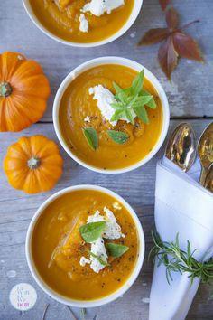 Cudownie prosta, aromatyczna i rozgrzewająca zupa z dyni. Ma kremową konsystencję i przepiękny kolor. Nie może jej zabraknąćna jesiennym stole. Kremowa zupa z pieczonej dyni Dynię oczyścić z peste… Thai Red Curry, Pesto, Soup Recipes, Food And Drink, Ethnic Recipes, Cos, Poland, Slim, Soap Recipes