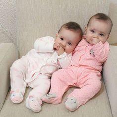 Cute Baby Boy Photos, Twin Baby Photos, Cute Baby Twins, Twin Baby Girls, Baby Boy Pictures, Cute Baby Videos, Cute Little Baby, Baby Kind, Twin Babies