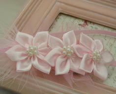 Cute ribbon flowers Kanzashi Flowers, Beaded Flowers, Diy Flowers, Fabric Flowers, Paper Flowers, Ribbon Art, Diy Ribbon, Ribbon Crafts, Flower Crafts