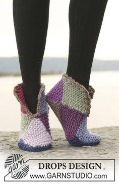"""Court Jester / DROPS 109-57 - Pantofole DROPS ai ferri, a punto legaccio, in 2 o in 8 colori, in """"Eskimo""""."""