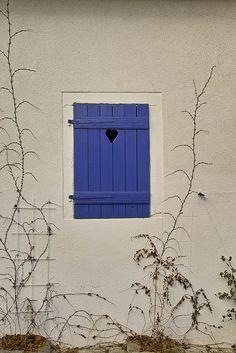 Fenster mit Herz by Bibendum41, via Flickr