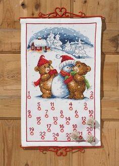 Permin 345224 Broderipakning - Julekalender - Bamser og snemand Str. 38 x 62 cm. Broderes på hvid Aida med 3,2 tråde pr. cm. Pakningen indeholder vejledning, billede, stof, mønster, 24 ringe, perle garn samt en nål.