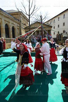 Bailes Vascos. Casa de Juntas. Gernika, Bizkaia, Euskadi Whole Earth, Basque Country, Peace On Earth, Traditional Outfits, Dancing, Around The Worlds, Street View, Teaching, Costumes