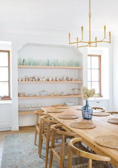 Get inspired by these dining room decor ideas! From dining room furniture ideas, dining room lighting inspirations and the best dining room decor inspirations, you'll find everything here! Room Interior Design, Dining Room Design, Home Interior, Interior Designing, Interior Paint, Luxury Interior, Style Californien, Minimalist Dining Room, Dining Room Inspiration