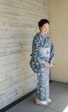 夏の情緒たっぷりの浴衣で、レストランにお出かけしてみませんか?浴衣は本来、カジュアルウェアなのでレストランにはちょっと……、と気おくれする人もいるかもしれません。でも衿元をきちんとすればお出かけにも使えます。ドレスアップした浴衣の着こなし術を、知っておくのも大人の女の嗜みです。 Kimono Japan, Yukata Kimono, Kimono Fabric, Japanese Outfits, Korean Outfits, Kabuki Costume, Traditional Japanese Kimono, Japan Woman, Japanese Costume