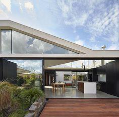 Deck of Australian addition to Edwardian home. Architects Melbourne, Melbourne Architecture, Architecture Résidentielle, Contemporary Building, Contemporary Architecture, Contemporary Cottage, Style Édouardien, Building Renovation, Villa
