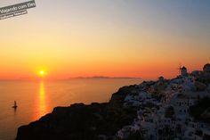 O por do sol em Santorini é uma das atrações que não pode faltar em sua viagem para a Grécia. Oia é o lugar ideal para sentar em algum bar e curtir um fim de tarde de sol, bem comum nos dias de verão. Para os econômicos, basta procurar o lugar certo para apreciar o momento.