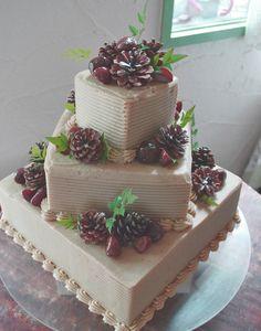 スクエア型のケーキは45度ずらして重ねると、重ねた下のケーキの面が三角に広く残るので、そこにフルーツや花をたっぷり敷き詰めればぐっと華やかに♪