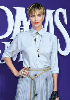 Charlize Theron's Bold New Haircut Looks Even Better With a Bright Lipstick Short Pixie, Short Hair Cuts, Short Hair Styles, Celebrity Beauty, Celebrity Photos, Charlize Theron Short Hair, Choppy Bangs, Bowl Haircuts, Chunky Highlights