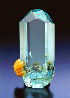 This reminds me of a tiny fish tank! Minerals And Gemstones, Rocks And Minerals, Crystal Magic, Beautiful Rocks, Mineral Stone, Rocks And Gems, Stones And Crystals, Gem Stones, Inspiration