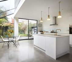 Rise Design Studio adds glass extension to London house House Extension Design, Glass Extension, Side Extension, Extension Google, Extension Ideas, Kitchen Diner Extension, Open Plan Kitchen, London House, Glass Roof