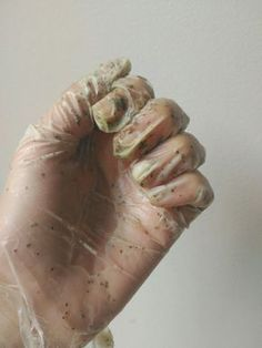 As Luvas de Hidratação Caseira além de deixar as mãos com um aspecto maravilhoso ainda deixam super hidratadas e macias inclusive as unhas e cutículas.