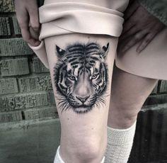 tiger tattoos, oberschenkel tätowieren, rosa rock, lange söcke