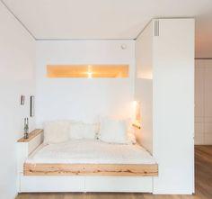 Schlafnische mit Fenstern: Modern Schlafzimmer von Holzgeschichten