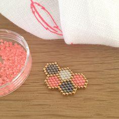 Un super rapide pour changer du précédent, spéciale dédicace à @aimecommemarie... Bracelet? Collier? Les deux? Ou une broche? Un pin's... #jenfiledesperlesetjassume #hexagone