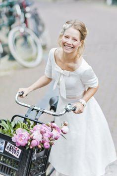 noni 2015 | kurzes 50s Brautkleid mit Ärmeln, rundem Ausschnitt, Schleife und bestickter Seide mit Punkten und rosa Petticoat.
