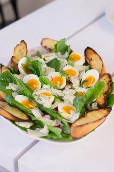 Pääsiäisen caesarsalaatti | Maku Salsa Verde, Avocado Egg, Cobb Salad, Cantaloupe, Eggs, Healthy Recipes, Fruit, Breakfast, Easter