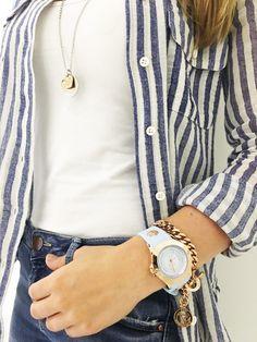 Mit der pastellfarbenen TOV Essentials Uhr bist du im Sommer im Trend. Ob hellblau oder rosé: Die Uhr ist ein echtes Schmuckstück.