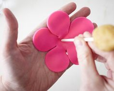 Learn how to make adorable Rose Cake Pops! A simple yet impressive dessert perfect for Valentine's Day, Mother's Day and bridal showers. Fondant Rose, Fondant Flowers, Fondant Cakes, How To Make Rose, Cake Pops How To Make, Rosebud Cakes, 18th Cake, Store Bought Frosting, Rose Cookies