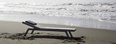 Surf è un lettino elegantemente funzionale e confortevole, in grado di arredare con grande stile qualsiasi esterno. Surf è un progetto innovativo ed ambizioso che Rever ha realizzato in acciaio verniciato, sottile e resistente, leggero ed impilabile. Sottile, Outdoor Furniture, Outdoor Decor, Sun Lounger, Grande, Surfing, Design, Home Decor, Chaise Longue