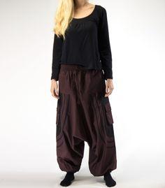 Pantalón afgano con bolsillos, con cintura y bajo elásticos para adaptarse a tu talla.