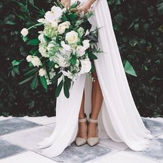 LOVE LOVE LOVE this bouquet. More white florals, but love the dark greenery and the contrast. As well as its laid back natural style.