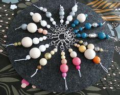 Avaimenperiä erilaisista helmistä. Osa helmistä vanhojen korujen hyötykäyttöä. Pearl Necklace, Pearls, Jewelry, String Of Pearls, Jewlery, Beaded Necklace, Bijoux, Beads, Schmuck