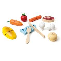 Ce set de déjeuner en bois à découper permet à l'enfant de cuisiner un repas complet à ses convives. Il coupe un poisson, une saucisse, des légumes, des fruits et le pain. En apprenant ainsi à manipuler une fourchette et un couteau en bois, il s'amuse à reproduire les gestes du quotidien. Ce jouet en bois est aussi un jeu d'imitation.