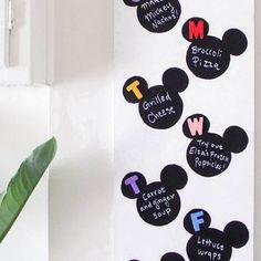 Organisiere deine Woche mit diesem supereinfach zu bastelnden Menüplan für deine Familie im Disney Stil. Male Micky Köpfe mit Tafelwandfarbe auf eine Pinnwand und beschrifte sie mit deinen Lieblingsrezepten!