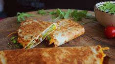 Szeretjük a tortillát, szeretjük a finoman bepácolt csirkehúst, az olvadó cheddar sajtot sem vetjük meg. A poblano chili pedig az új kedvencünk, persze, hogy ezt sem hagytuk ki a receptből. Aztán az egészet felturbóztuk még egy kis rukkola pestóval. Mexikói kaja rajongók, ezt… Quesadilla, Creative Food, Pesto, Chili, Chile, Quesadillas, Chilis