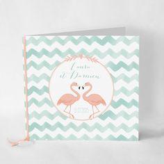 Faire-part mariage Lovely Flamingos Faire-part imprimé en recto-verso accompagné d'un joli ruban de satin rose saumon. Ensemble frais et poétique, pour tous les amoureux de la vie sauvage ou des ambiances exotiques !