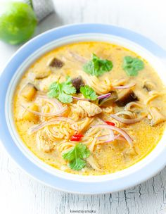 Thai soup with chicken and noodles Gourmet Recipes, Soup Recipes, Healthy Recipes, Chicken Coconut Soup, Thai Chicken, Chicken Soup, Clean Eating Snacks, Healthy Eating, Cauliflower Tabbouleh