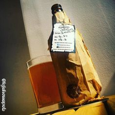 Witbier 3 Marias  ___  53% ABV  Clandestina Beer  Witbier  @clandestinabeer ___ Tive o grande prazer de receber a cerveja do meu amigo que tem um trabalho super caprichoso desde a embalagem rústica carta de identificação da cerveja e adesivos da marca até o produto em si! Coloração estava mais turva do que o normal mais para o âmbar do que o amarelo palha do estilo. Media formação de espuma e persistência. Aroma levemente cítrico com notas de especiarias que remetem à coentro. Paladar…