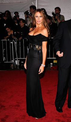 Melania Trump Evening Dress - Melania Trump smoldered in her off-the-shoulder black gown that defined her figure at the 2009 Met Gala in NYC. Melania Trump Pictures, Milania Trump Style, Melina Trump, Donald Trump Family, Melania Knauss Trump, Trump Photo, Look Star, First Lady Melania Trump, Trump Melania