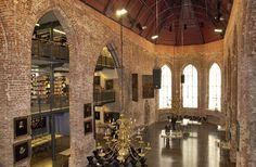 Die Johannes-a-Lasco-Bibliothek in der alten Kirche im ostfriesischen Emden wurde im Jahr 1559 gegründet. Bei einem Luftangriff der Alliierten im Jahr 1943 wurde die Kirche mitsamt der Bibliothek völlig zerstört. Nach dem Umbau wurde sie dann 1995 wiedereröffnet.