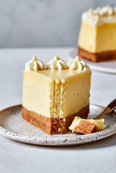 This healthy cheesecake is so smooth, rich, and creamy, you won't believe it is made with Greek yogurt! Low in fat and calories but full of flavor! Low Calorie Cheesecake, Healthy Cheesecake Recipes, Low Calorie Desserts, Low Calorie Recipes, Healthy Dessert Recipes, Protein Recipes, Low Calorie Cookies, Low Calorie Baking, Low Calorie Cake