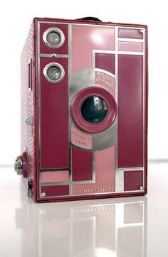 Kodak Beau Brownie 1930's... love the pink! I want the blue Beau 2!