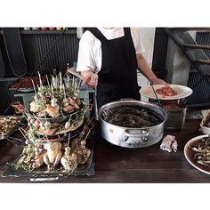 先日のウェディングパーティの お料理 .  謝肉祭と名付けられた 色んな種類のお肉タワー .  パーティ始まる前に お料理の説明してもらっているところ .  シェフにお料理の話聞くの とっても楽しい ☺︎