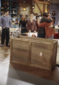Friends ~ Episode Stills ~ Season Episode The One With Chandler in a Box Friends Tv Show, Serie Friends, Friends Episodes, Friends Moments, Friends Season, Group Of Friends, Friends Forever, Ross Geller, Phoebe Buffay