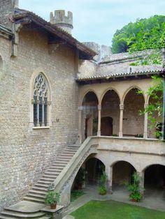 Pati darmes del castell de Santa Florentina, a Canet de Mar, Barcelona Catalunya