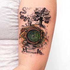 Tatuagem criada por Rob Carvalho de São Paulo.    A casa do Hobbit, de senhor dos aneis.