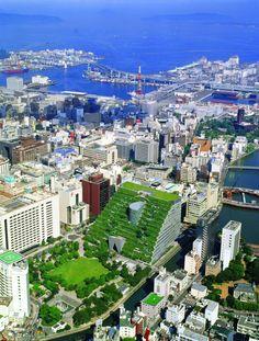 Hoe park en gebouw in elkaar overgaan bij de Fukuoka Prefectural International Hall van Emilio Ambasz and Associates uit 1995.