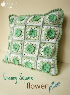 Haaksels - Made by Marion: Granny Square Flower Pillow - free crochet pattern. Crochet Cushion Cover, Crochet Pillow, Crochet Motif, Crochet Flowers, Crochet Patterns, Cushion Pillow, Crochet Blankets, Crochet Granny, Baby Blankets