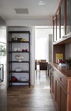 Apartamento Fernanda Floret, estante de metal na cozinha.