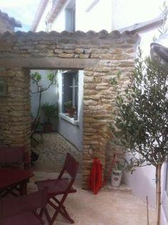 iledereloc.com: Maison de charme, centre village avec 2 belles cours