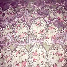 Lindas molduras rústicas na cor brancas com douradas e floral para a pequena Manuela ! Que leve muita paz os divinos Espírito Santo para todos os convidados do batismo de Manuella !!!! #amor #lembrancinhadluxo #lembrancamaternidade #moldura #minimoldura #quadrinho #divinoespiritosanto #divinoluxo #rustico #rustic  #rusticdecor #floral #divino #pombinha #pombadapaz #lembrancinhabatizado #batismo #batismolindo #batizadoluxo #fita #laço #branco #lembrancamaternidade #lembrancinhacasamento…