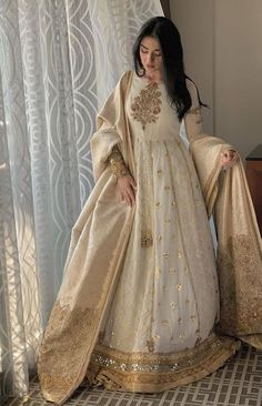 ✓ Buy the latest designer Anarkali suits at Punjabi Designers, with a variety of long Anarkali suits, party wear dresses! Nikkah Dress, Shadi Dresses, Pakistani Formal Dresses, Indian Gowns Dresses, Pakistani Dress Design, Anarkali Dress, Pakistani Gowns, Long Anarkali, Anarkali Suits