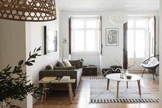 Vista da sala: Salas de estar escandinavas por Arkstudio