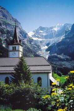 Imagen de Verano de la iglesia del pueblo de Grindelwald, en el Oberland bernés